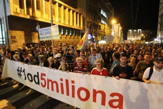 nova-parola-protesta-u-bojkot-kocke-na-trgu-ofarbane-u-zlatno