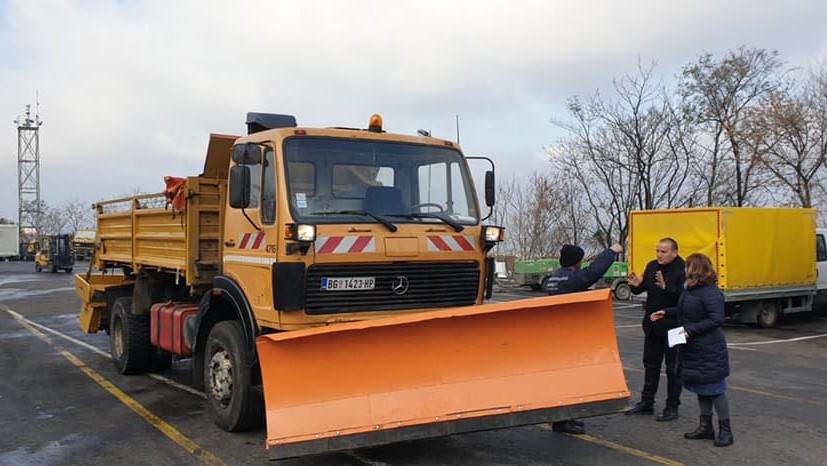 kosovska-mitrovica-dobila-od-beograda-na-poklon-kamion-za-ciscenje-snega