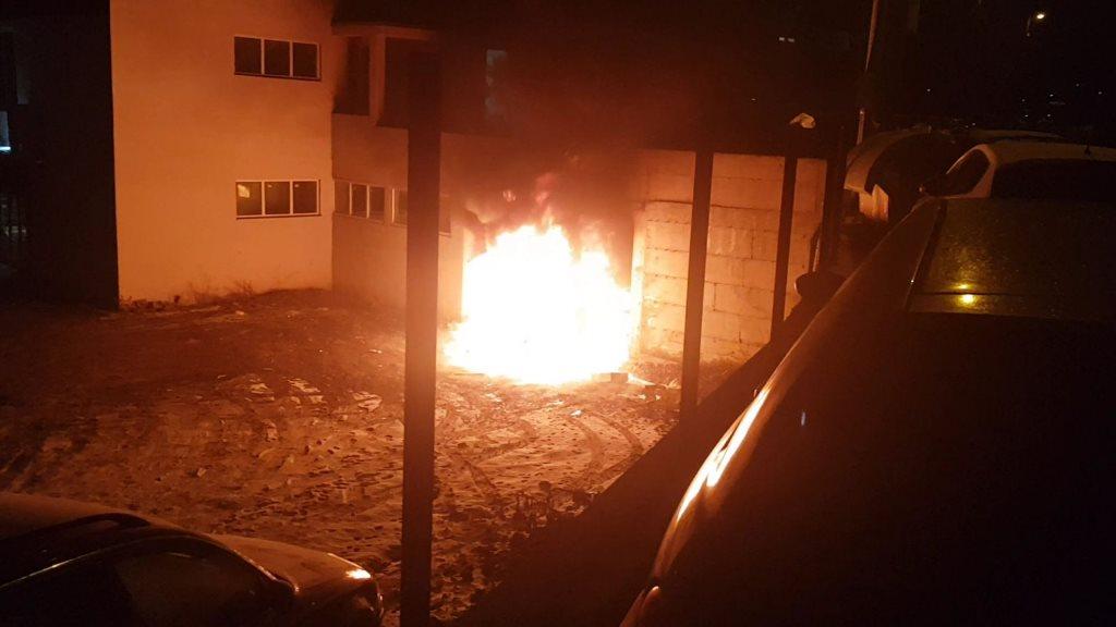 leposavic-izgoreo-automobil-u-podmetnutom-pozaru