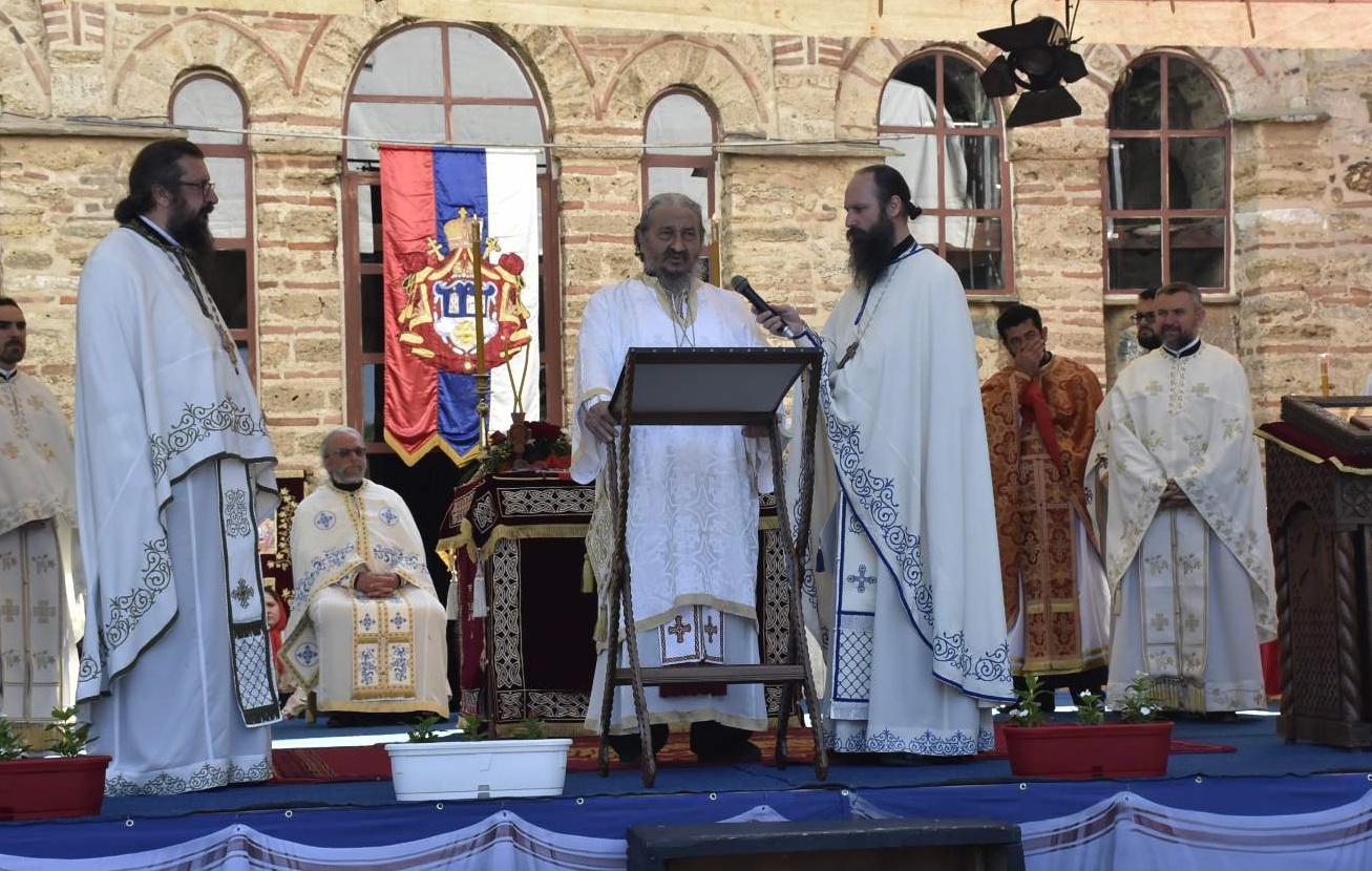 gracanica-praznicna-liturgija-u-manastiru