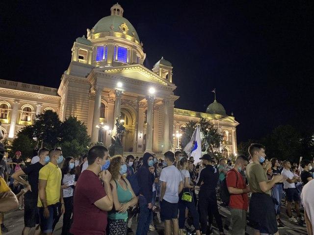 miran-protest-u-beogradu-u-nisu-policiji-ostavili-zastavu-i-cvece