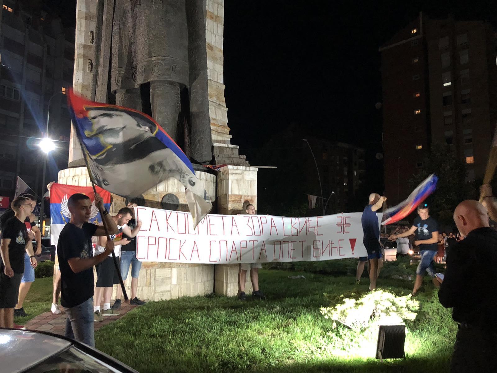 slavlje-na-ulicama-kosovske-mitrovice-posle-crnogorskih-izbora