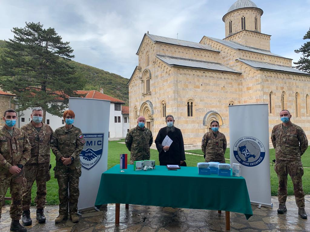 kfor-donirao-zastitnu-opremu-manastiru-visoki-decani-i-vrticu-u-obilicu
