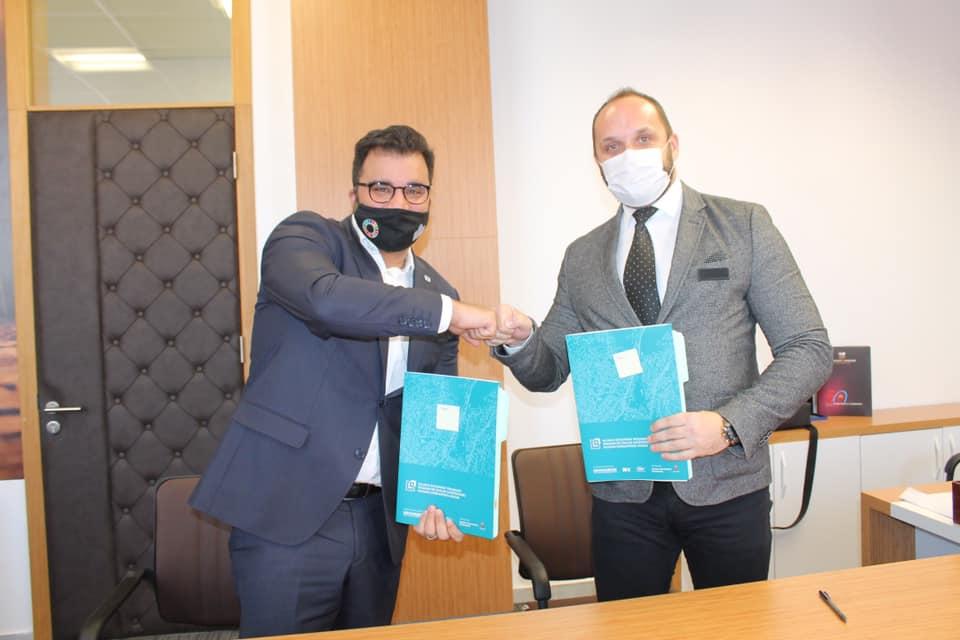 radojevic-i-sidiku-potpisali-sporazum-o-uredenju-zelenih-povrsina-u-ulici-kralja-petra-i