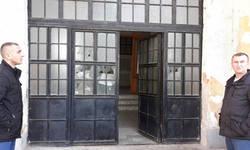 obilic-razbijena-ulazna-vrata-na-zgradi-srpske-skole