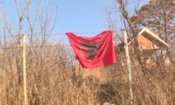 postavljena-albanska-zastava-na-groblju-u-gornjem-livocu