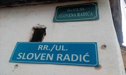 orahovac-grupa-albanskih-mladica-skinula-tablu-ulice-slovena-radica