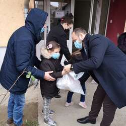 novogodisnji-paketici-za-clanove-udruzenja-podrzi-me-i-ucenike-soso-kosovski-bozur