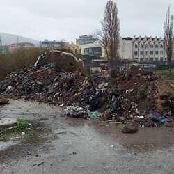 zaposleni-u-jkp-standard-uklonili-veliku-kolicinu-otpada-kod-tri-solitera