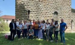 mladici-i-devojke-iz-mitrovice-ocistili-unutrasnjost-crkve-sv-jovana-pretece-u-samodrezi