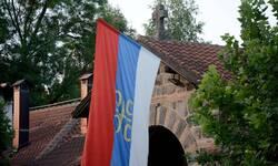 polomljena-i-odneta-zastava-spc-sa-vrata-manastira-gracanica